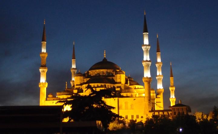 Sultanahmet Camii : Les minarets soutiennent le voile de l'ignorance des hommes, au dessus le Paradis